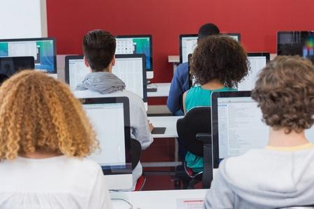 Nākotnē eksāmenus skolām varētu nogādāt digitālā formātā