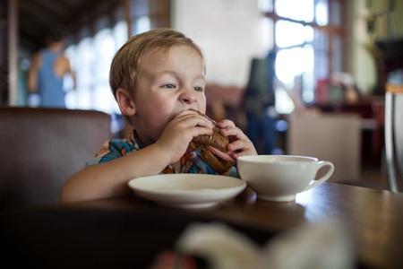 Vāc parakstus par minimālā bērnu pusdienošanas laika skolās noteikšanu