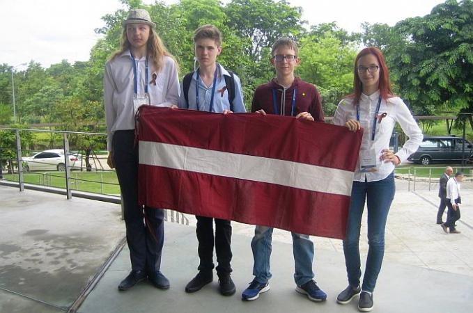 Latvijas skolēniem bronzas medaļas Starptautiskajā ķīmijas olimpiādē