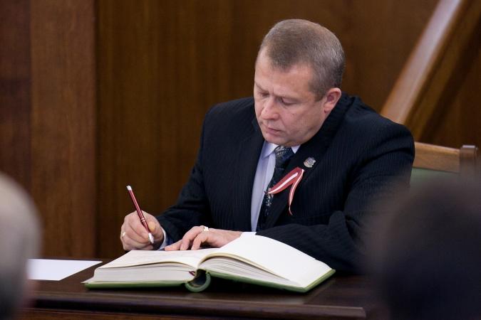 Satversmes tiesā apstrīd pārejas uz mācībām latviešu valodā atbilstību Latvijas pamatlikumam