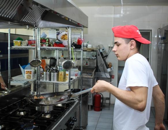 Aptauja: Vecāki vēlas, lai bērni studētu IT jomā, bet jaunieši grib būt pavāri un sportisti
